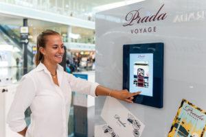 Produccion pop up retail exposicion tienda aeropuerto t1 barcelona KOA PUIG Fragancia parfum